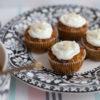 Beste supersaftige Karotten-Küchlein (zuckerfrei & glutenfrei) mit Rhabarbersauce Rezept und Frühlings-Tischdeko