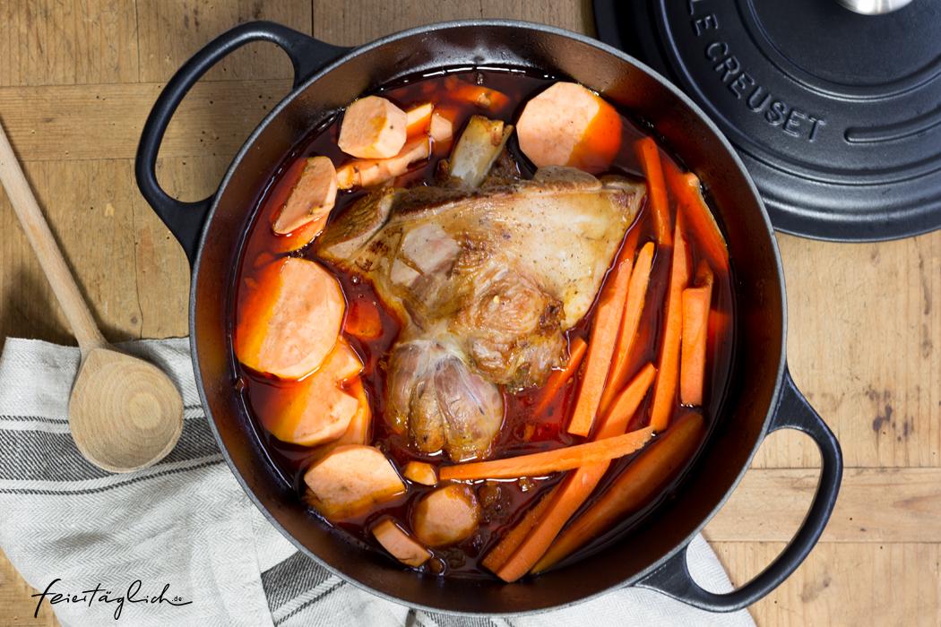 Rezept für Easy-Peasy Festagsesessen in einem Topf: Lammkeule in fruchtigem Tomatensud mit Karotten und Süßkartoffeln, dazu Zitronen-Humus und Couscous