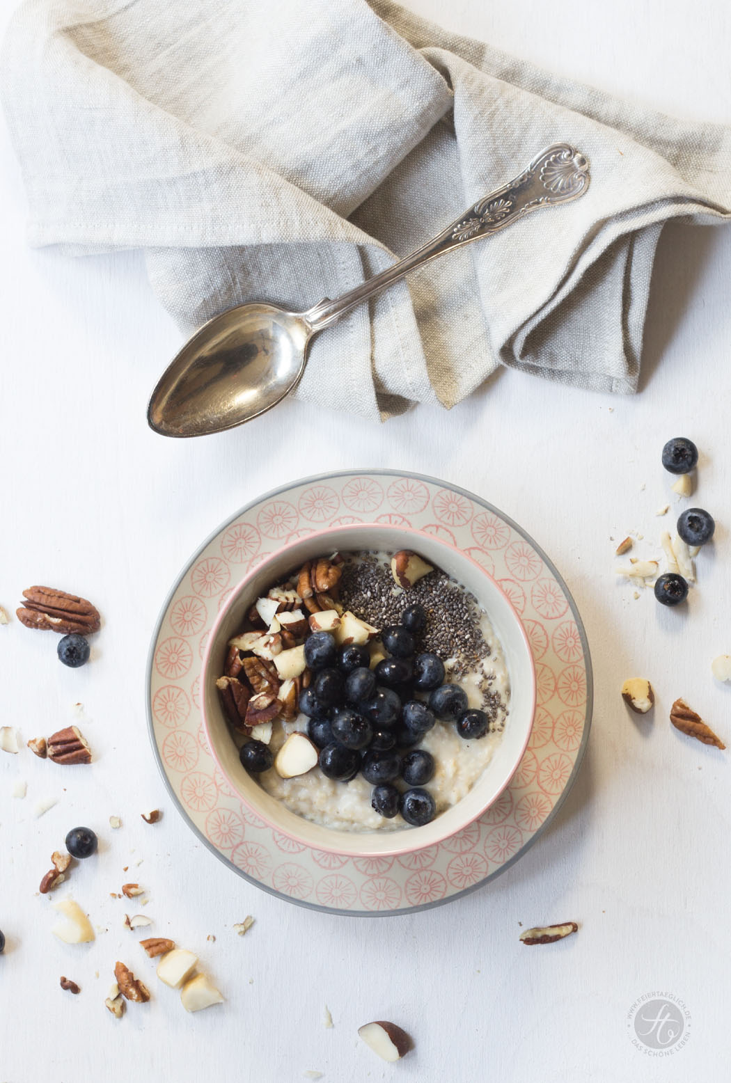 Blaubeer-Pie-Oatmeal mit Chia und gehackten Nüssen, Rezept
