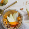 Kaki-Physalis-Birne Smoothie Bowl mit Chai-Granola – keep calm and eat a happy bowl