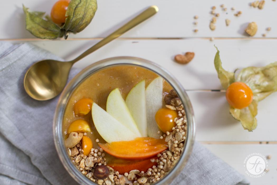 Kaki-Physalis-Birne Smoothie Bowl mit Chai-Granola – keep calm and eat a happy bowl