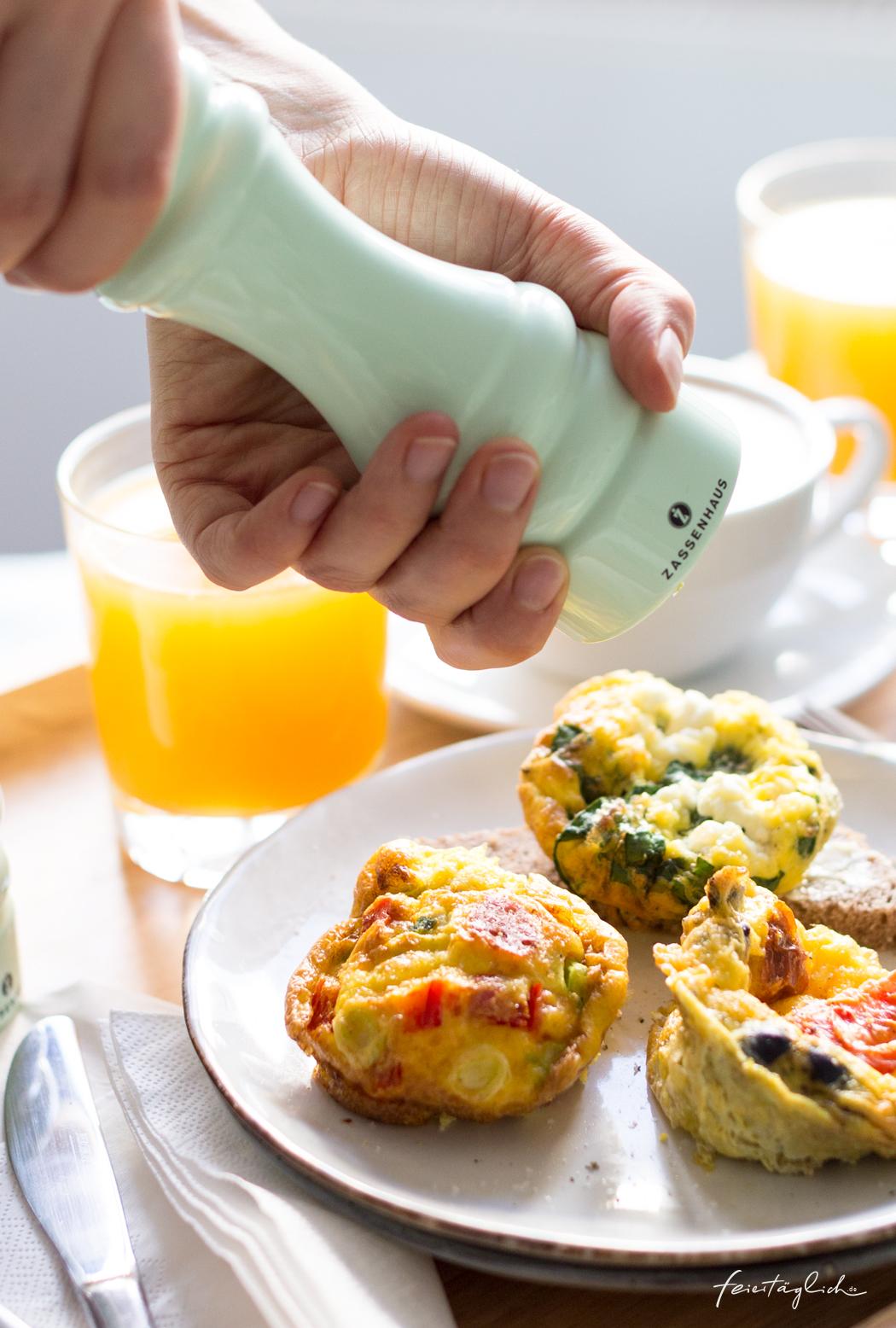 fr hst ck im bett mit dreierlei mini omelettes aus der muffinform feiert glich das sch ne leben. Black Bedroom Furniture Sets. Home Design Ideas