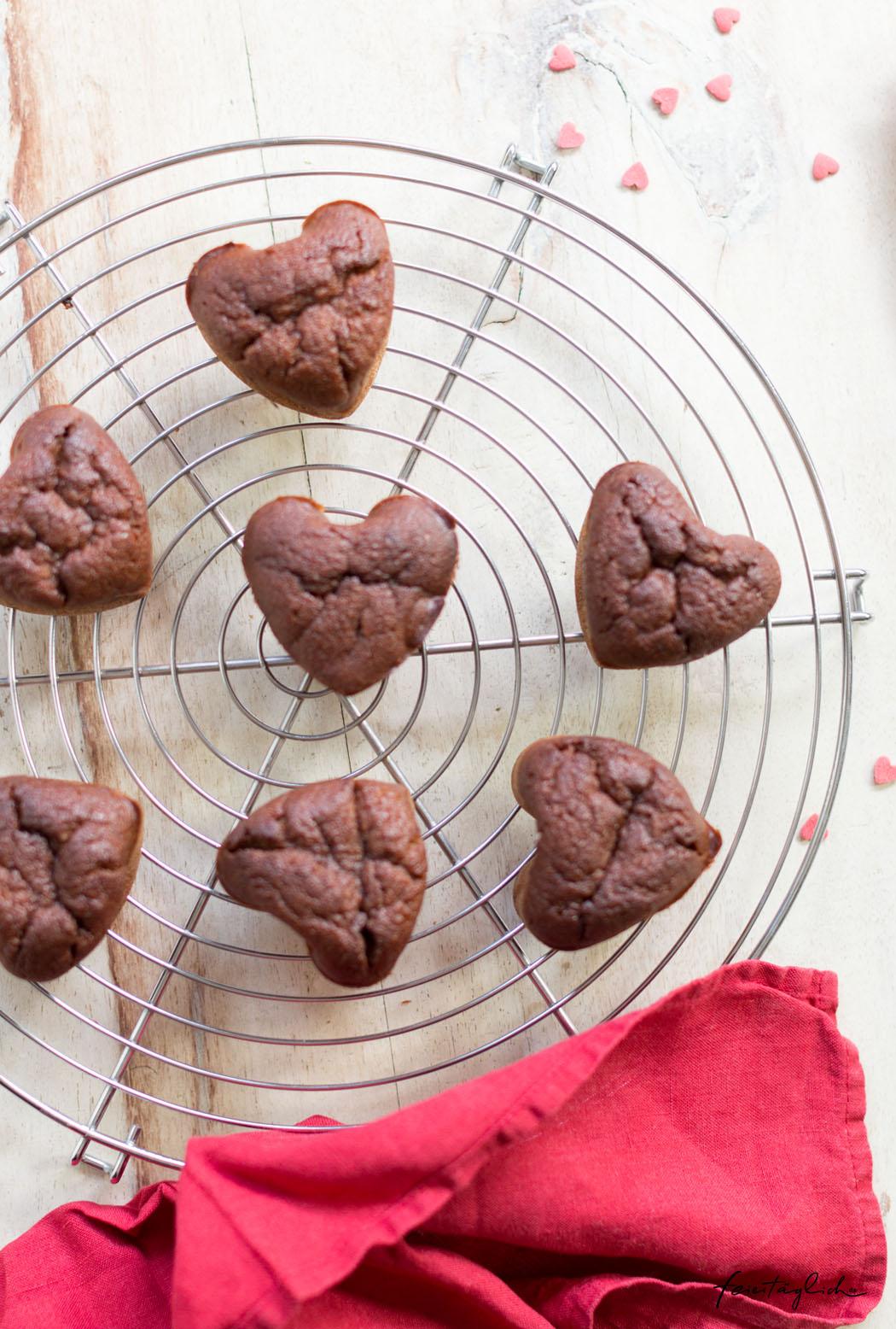 Rezept für Red Velvet Cupcakes mit einer besonderen, gesunden Geheimzutat zum Valentinstag oder Muttertag, vollwertig, gebacken ohne künstliche Farbstoffe