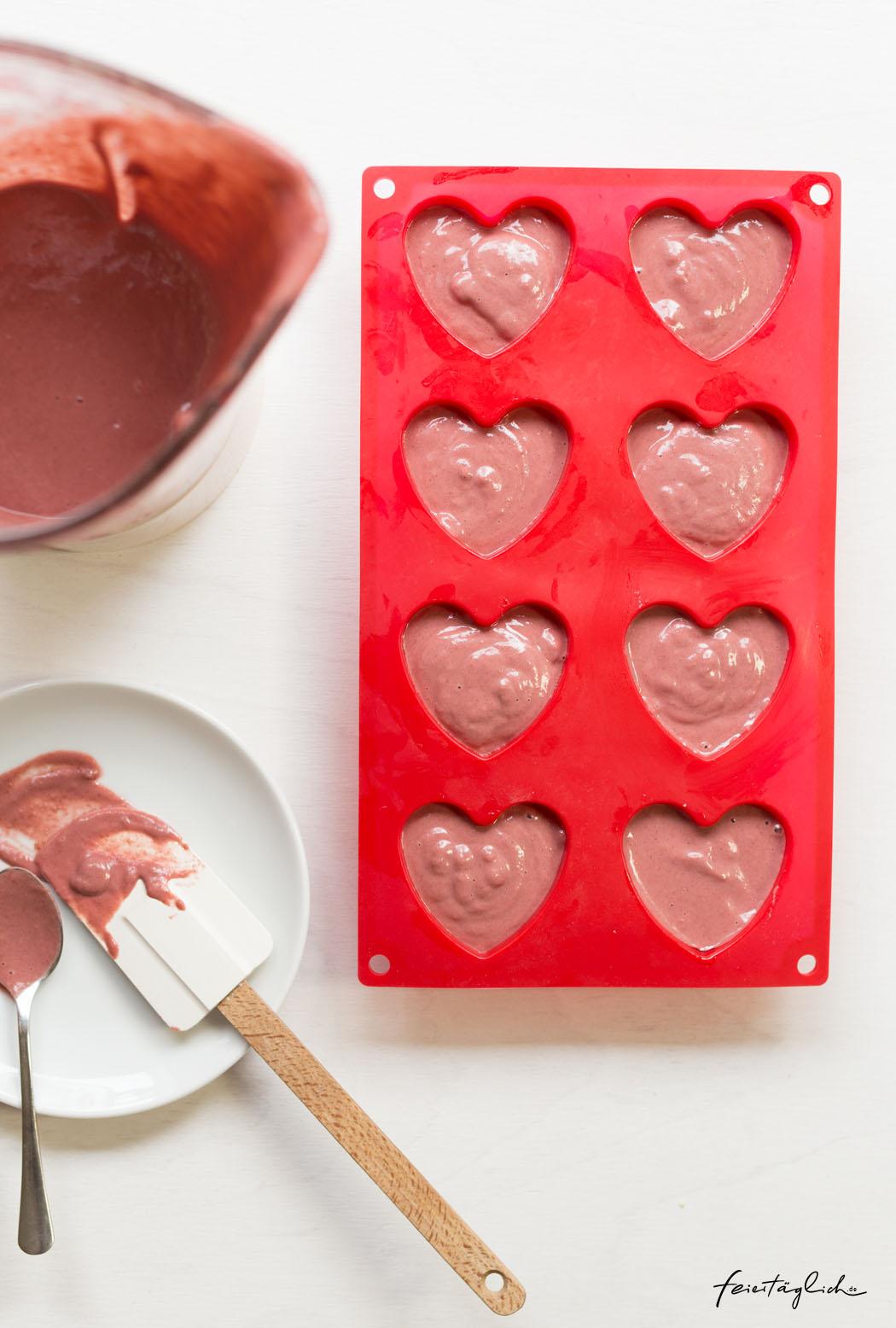 Rezept für Red Velvet Cupcakes mit einer besonderen, gesunden Geheimzutat zum Valentinstag oder Muttertag, vollwertig, ohne künstliche Farbstoffe