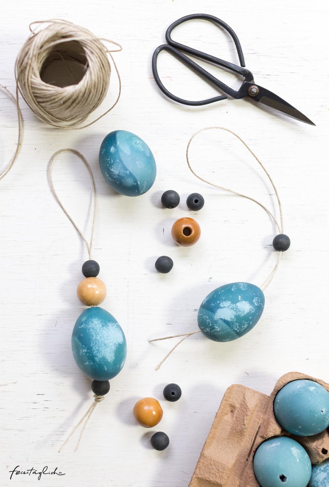 Osterdekoration in Blau, Osterstrauss, Anhänger selbstgemacht aus ausgeblasenen Eiern, Naturmaterialien