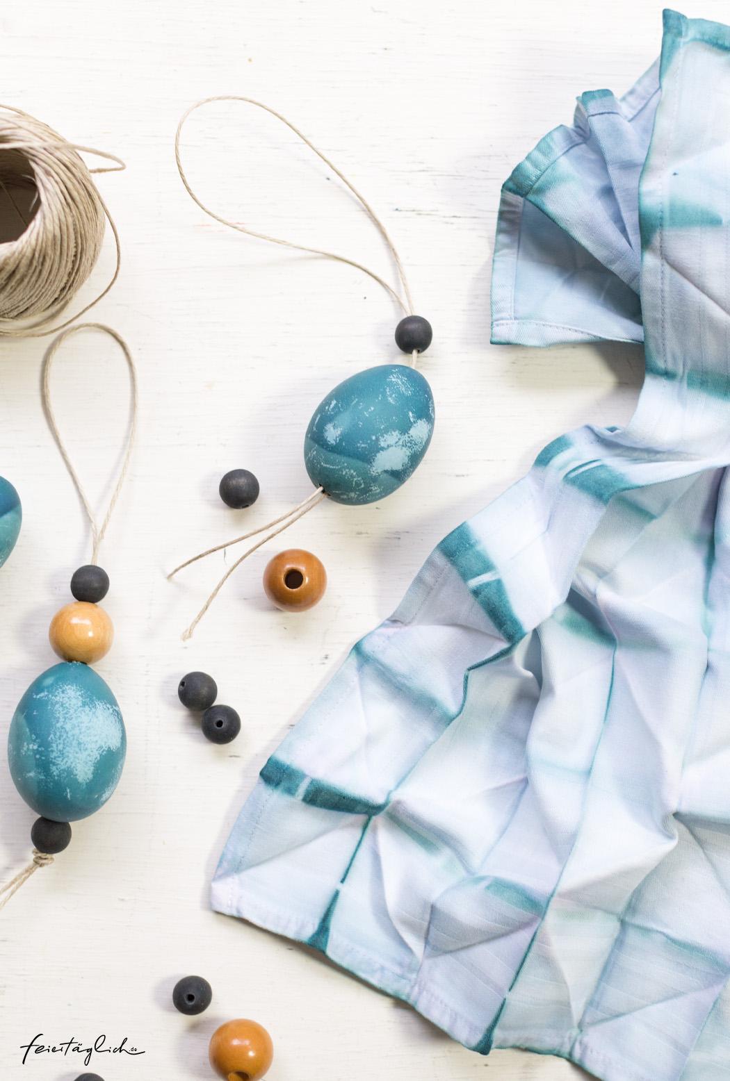 Osterdekoration in Blau, Osterstrauss, Anhänger selbstgemacht aus ausgeblasenen Eiern, Naturmaterialien, Batik