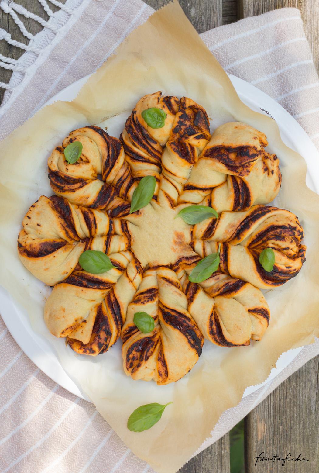 Tomatige Pizza-Blume mit selbst gemachtem Hefeteig – der Knaller bei jeder Gartenparty oder beim Picknick
