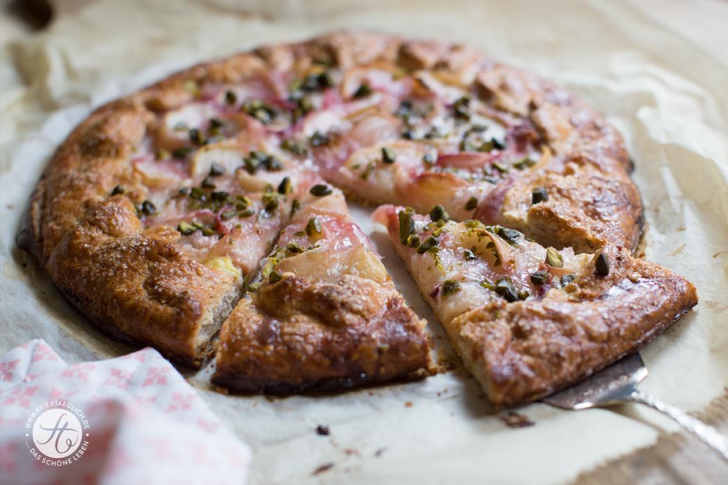 Pfirsich-Vanille-Galette mit gehackten Pistazien, schnelle und einfache Tarte, ganz praktisch ohne Kuchenform, Rezept
