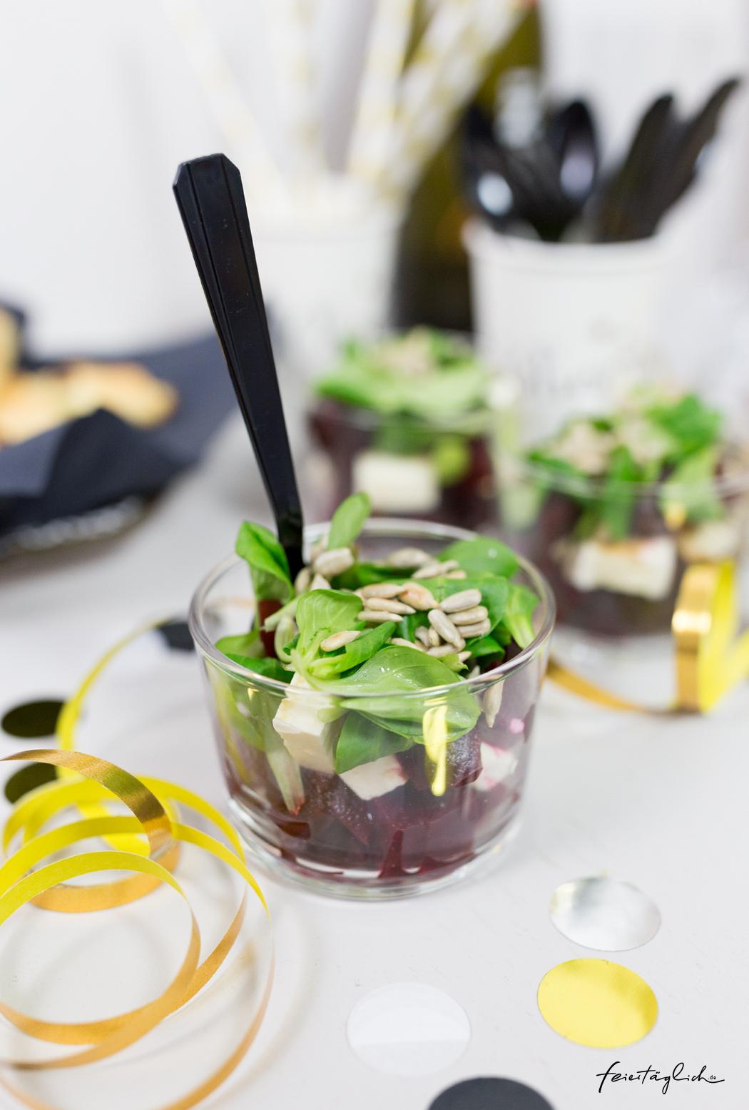 Rote Beete-Schafskäse-Schichtsalat im Glas für das Silvesterbuffet. #happymottoparty Sylvester