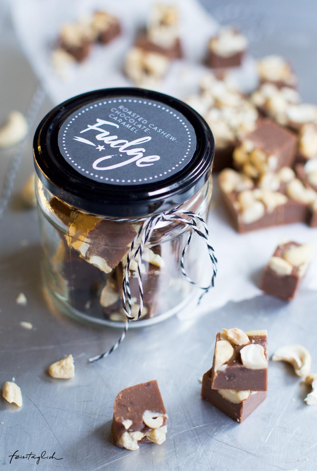 Roasted Cashew-Chocolate-Caramel Fudge oder Schoko-Karamel mit gerösteten Cashewkernen ; Geschenke aus der Küche mit Labels zum Ausdrucken