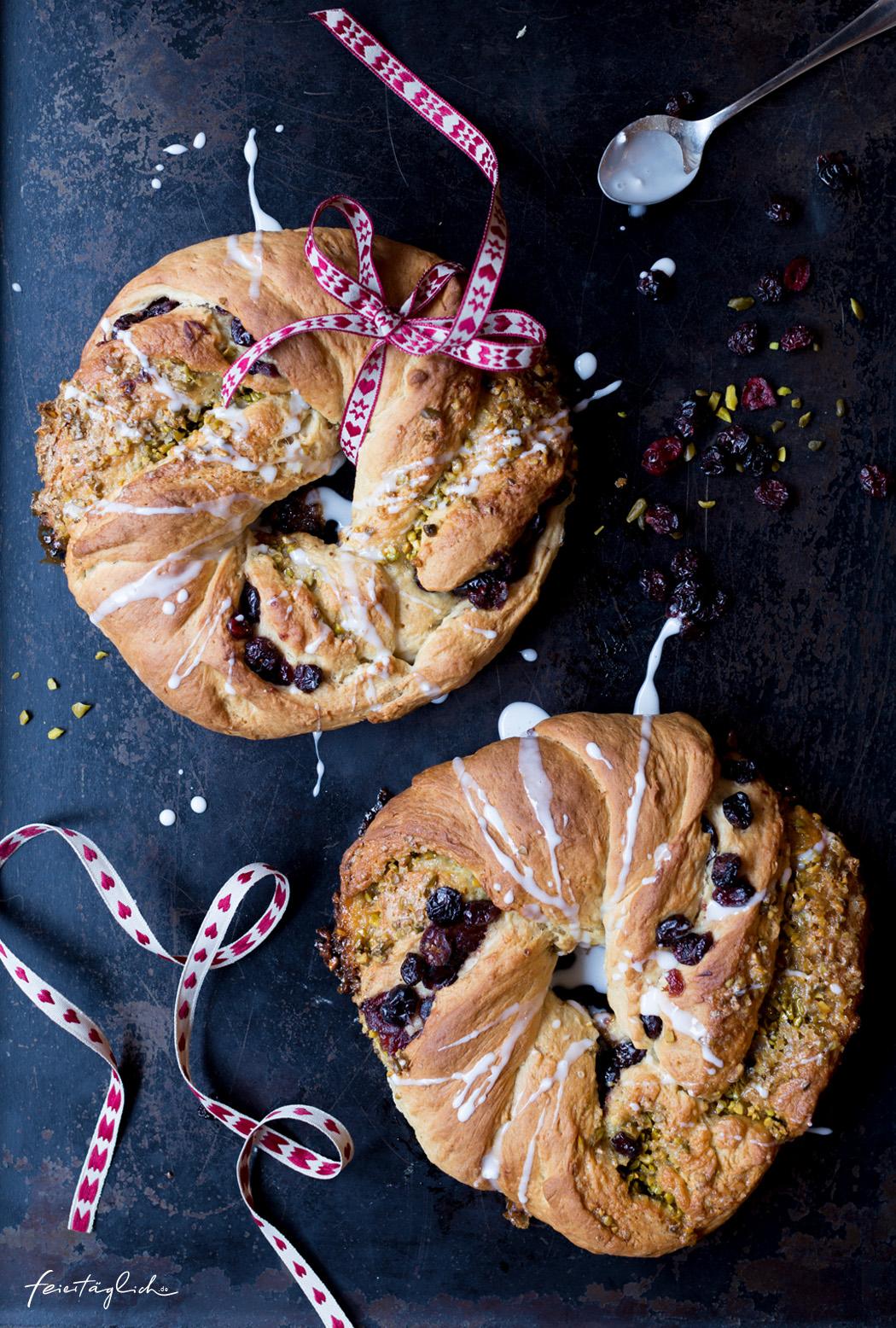 Himmlische Cranberry-Pistazien-Hefekränze mit Tonka – Adventskränze zum Auffuttern und Verschenken