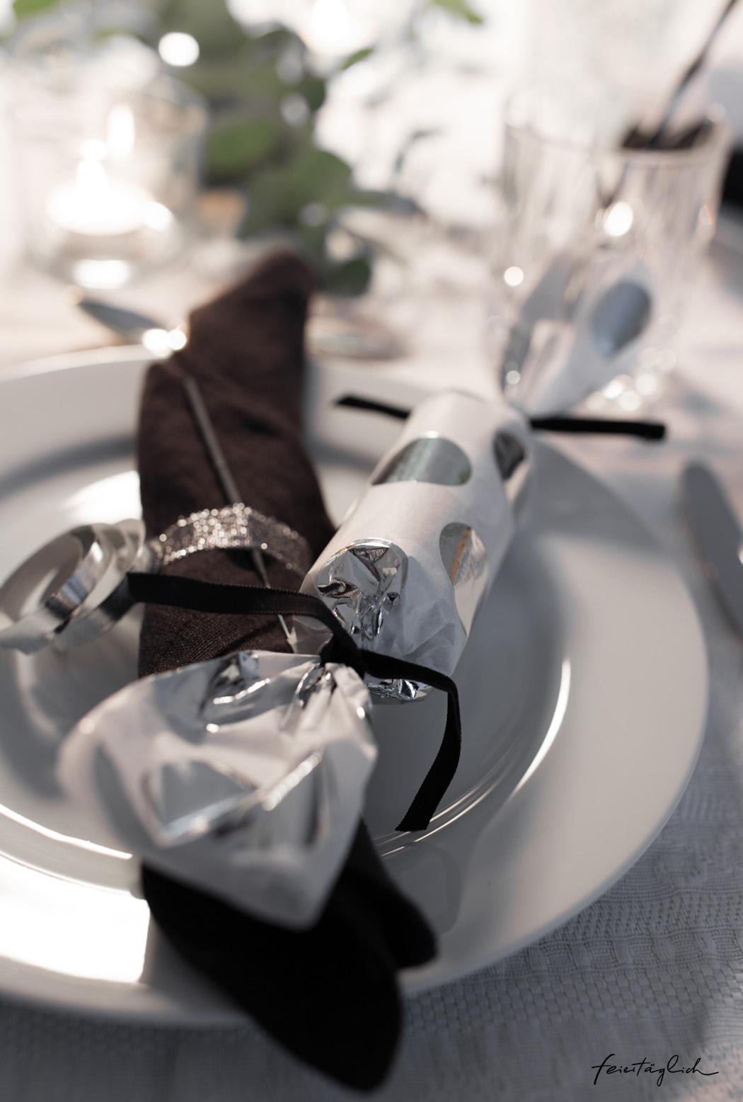 Pur & Edel – Silvester ganz in Silber, Schwarz & Weiß. Tips für eine glamouröse Tisch-Dekoration & DIY Knallbonbons
