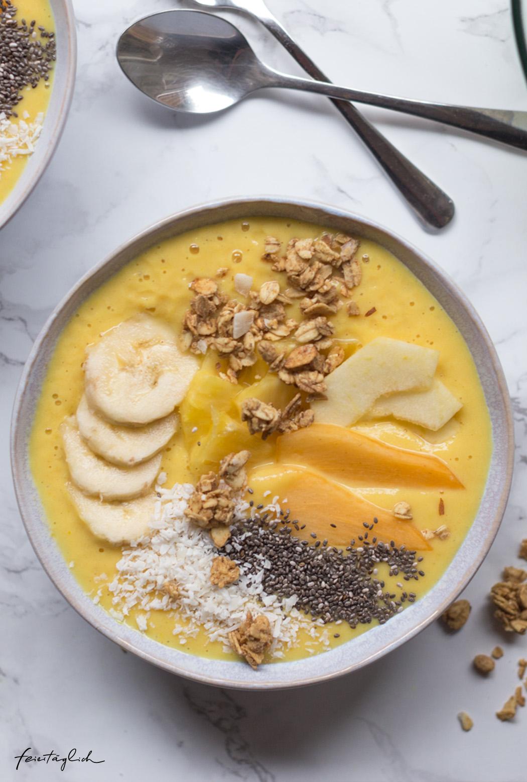 Goldene Smoothiebowl mit Kurkuma, die nach Sonne und guter Laune schmeckt, Good Vibes in der Schüssel
