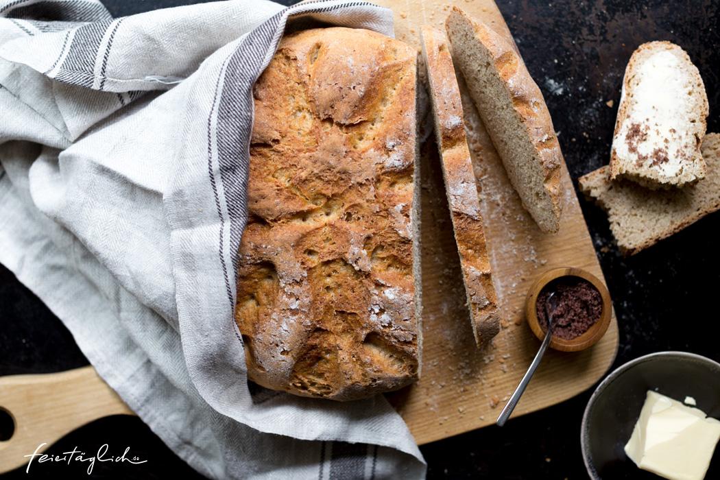 Buttermilch-Dinkel-Brot mit knuspriger Kruste, im Topf gebacken