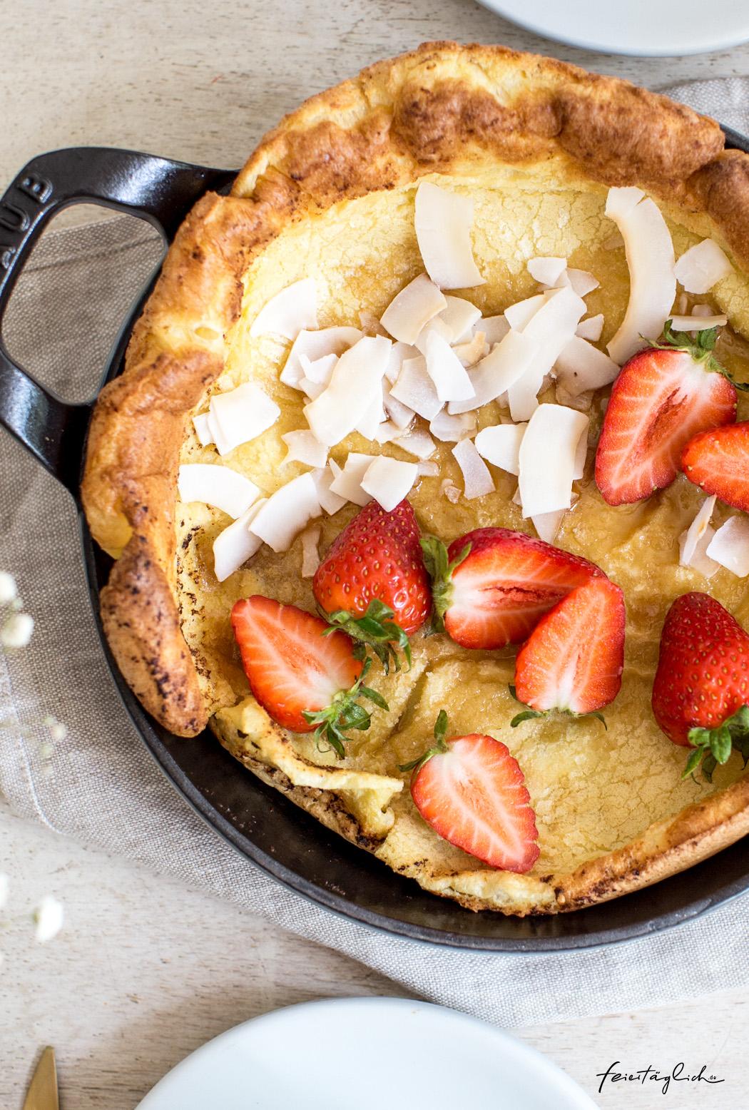 Rezept für Dutch Baby (fluffiger Pfannkuchen aus dem Backofen) mit Erdbeeren und Kokosflakes – so schnell und einfach gemacht!