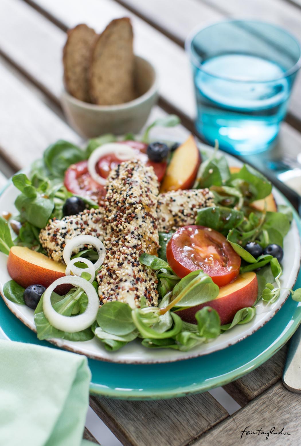Knuspriger Feta im Quinoa-Mantel mit Nektarinen & Tomaten auf Feldsalat, Rezept für einen schnellen Wohlfühl-Lunch