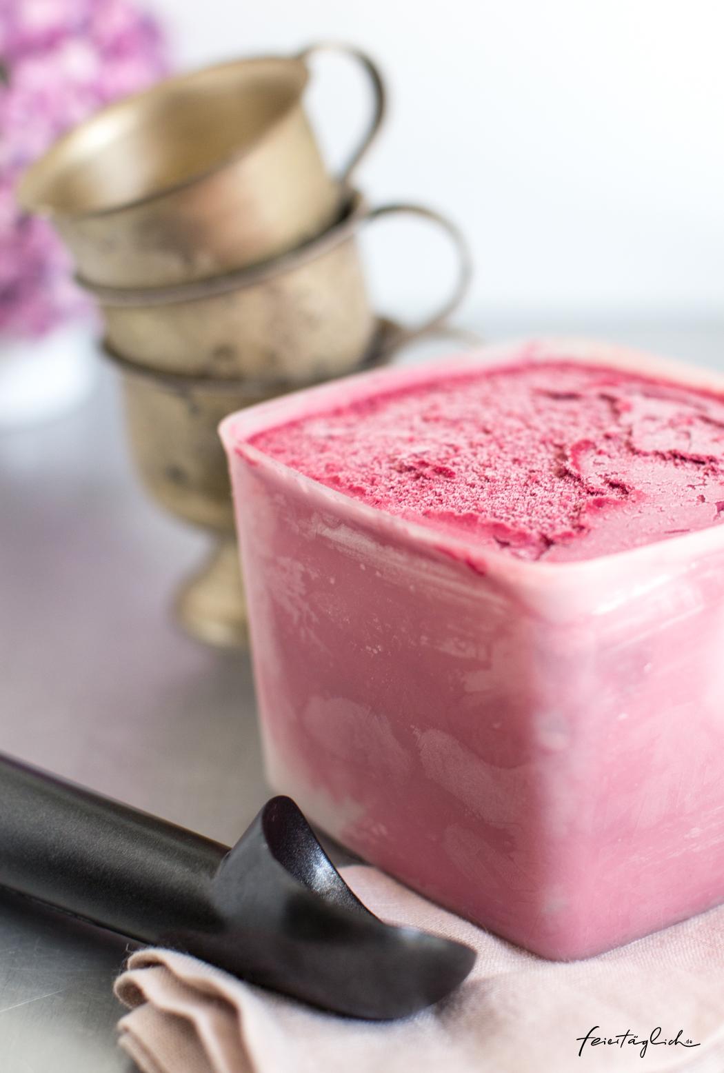 Rezept für Cassis-Crème Fraîche-Eis – ein Traum von Eis aus schwarzen Johannisbeeren