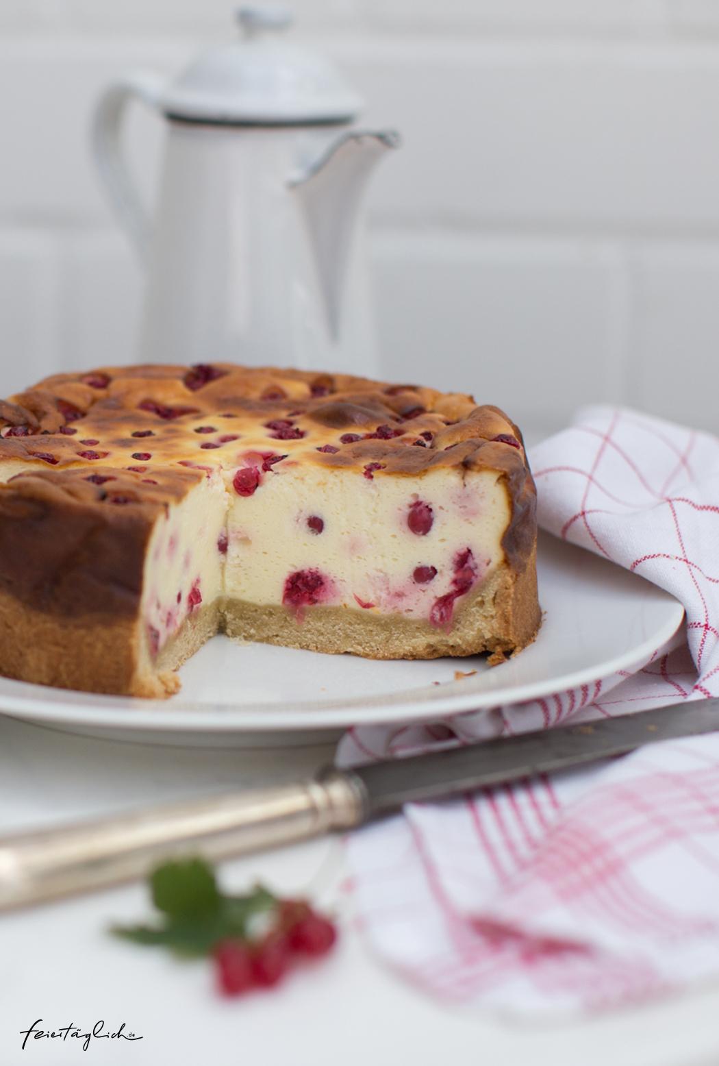 Johannisbeer-Käsekuchen mit Tonka, Rezept,rote Johannisbeeren tummeln sich in cremiger Käsekuchenschicht auf buttrigem Mürbeteig– ein glorreicher Abschied von der diesjährigen Beerensaison