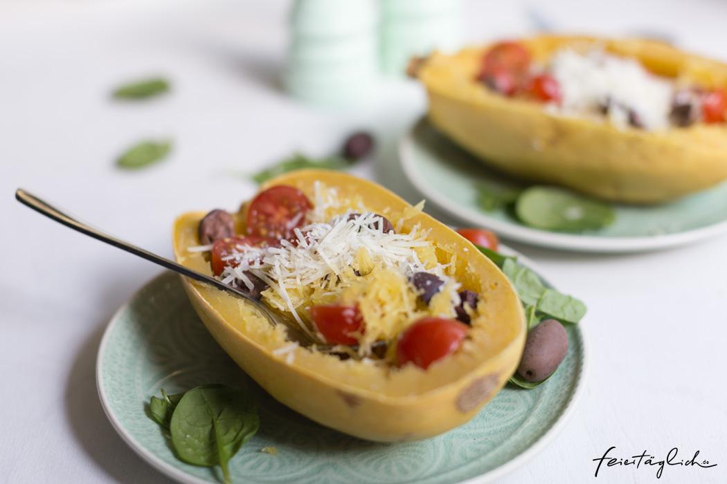 Gebackener Spaghettikürbis mit Blattspinat, Kirschtomaten und Oliven – schnelles Soulfood im Herbst