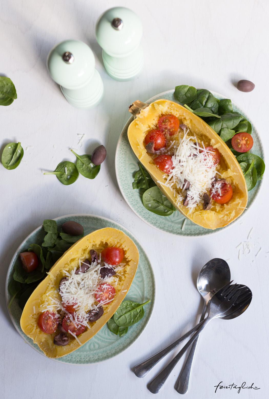 Gebackener Spaghettikurbis Mit Blattspinat Kirschtomaten Und Oliven