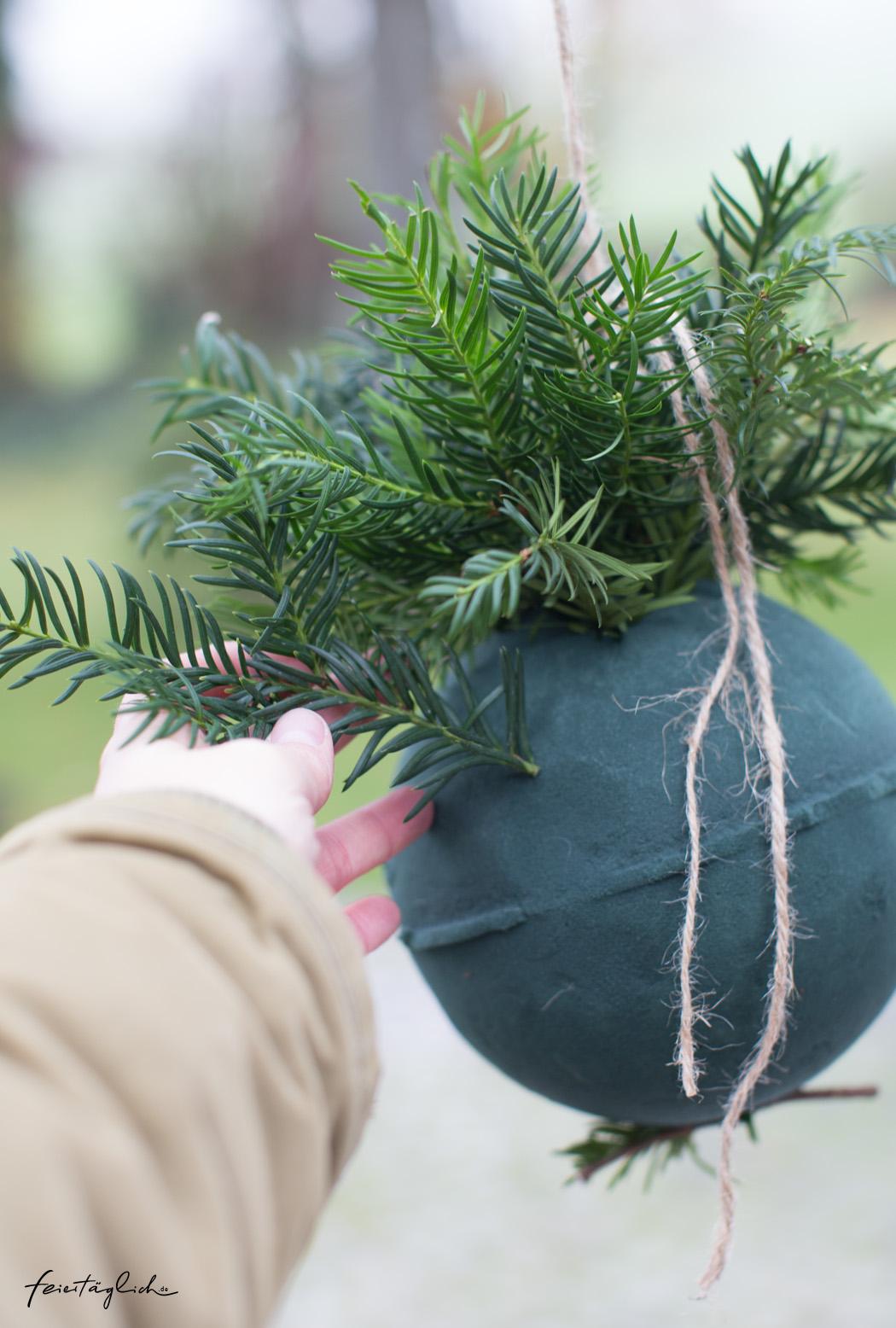 Weihnachtskugeln aus Tanne, Efeu & Zapfen – DIY-Adventsgesteck mal anders