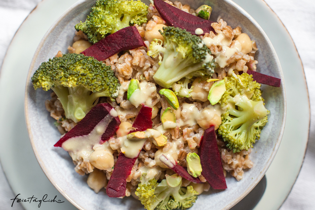 Brokkoli-Dinkel-Power Bowl mit cremigem Cashewdressing