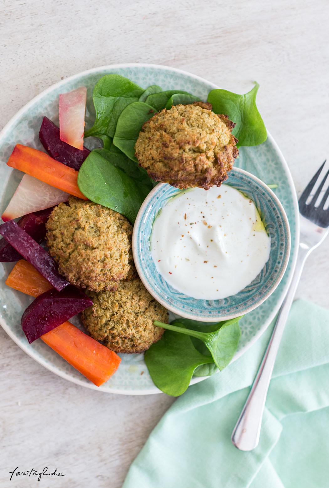 Rezept für Ofen-Falafel (mit Brokkoli), dazu Tahin-Joghurt und bunter Gemüse-Salat – kochen für die ganze Familie, Zauberwort Meal-prep
