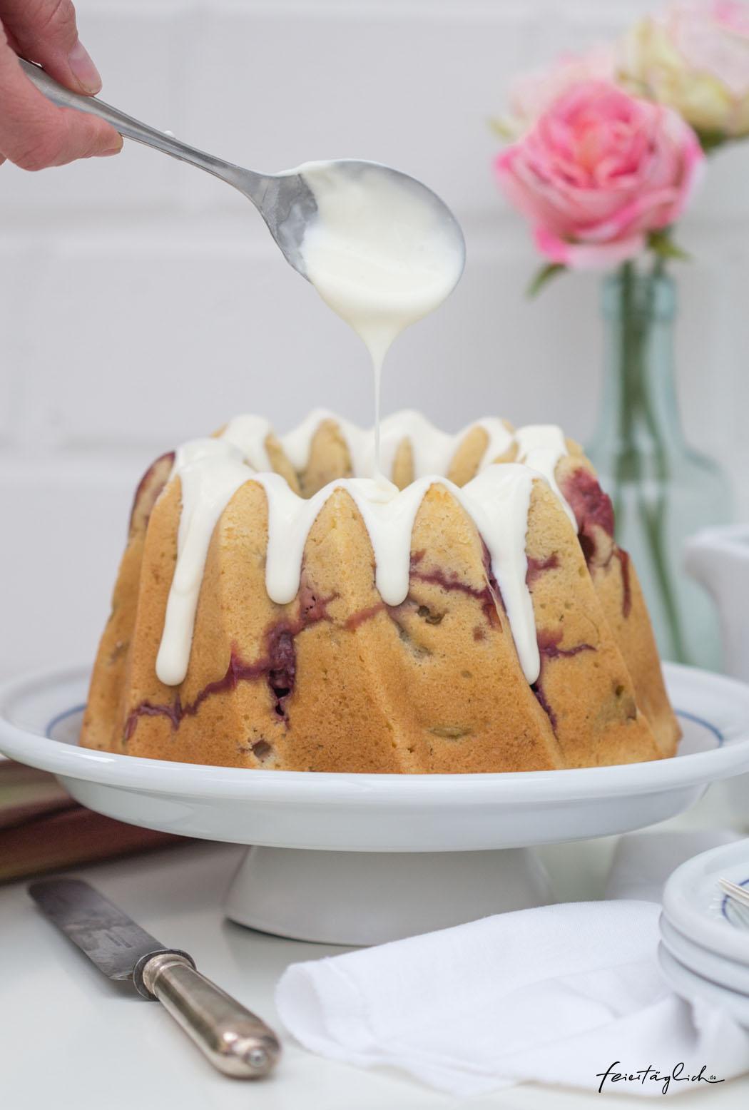 Rhabarber-Erdbeer-Gugelhupf mit Creme fraîche-Guss, Rezept für saftigen Rührkuchen mit Buttermilch, Erdbeeren und Rhabarber