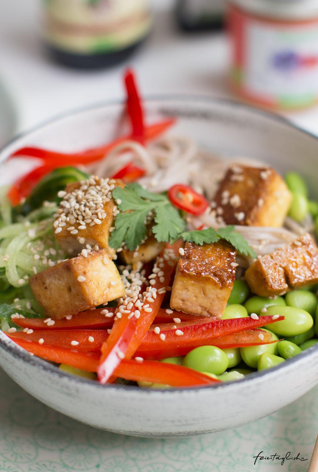 Rezept für vegane Sobanudel-Happy-Bowl mit Sesam-Tofu & Paprika-Chili Sauce, frischer Paprika, Gurke, Edamame & Koriander, #happybowl #bowl #buddhabowl #veganfood #vegan