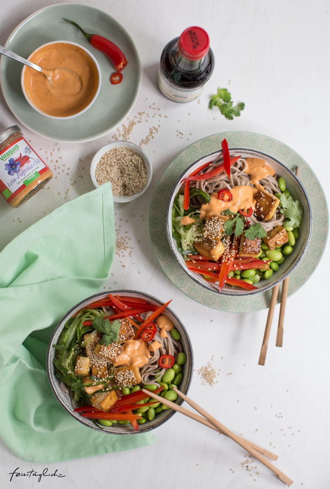 Rezept für vegane Sobanudel-Happy-Bowl mit Sesam-Tofu & Paprika-Chili Sauce, frischer Paprika, Gurke, Edamame & Koriander
