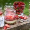 Picknickrezept: Kleine Erdbeer-Cheesecakes im Glas mit knusprigem Boden, Erdbeerpüree und frischen Erdbeeren, Meal-Prep-Dessert