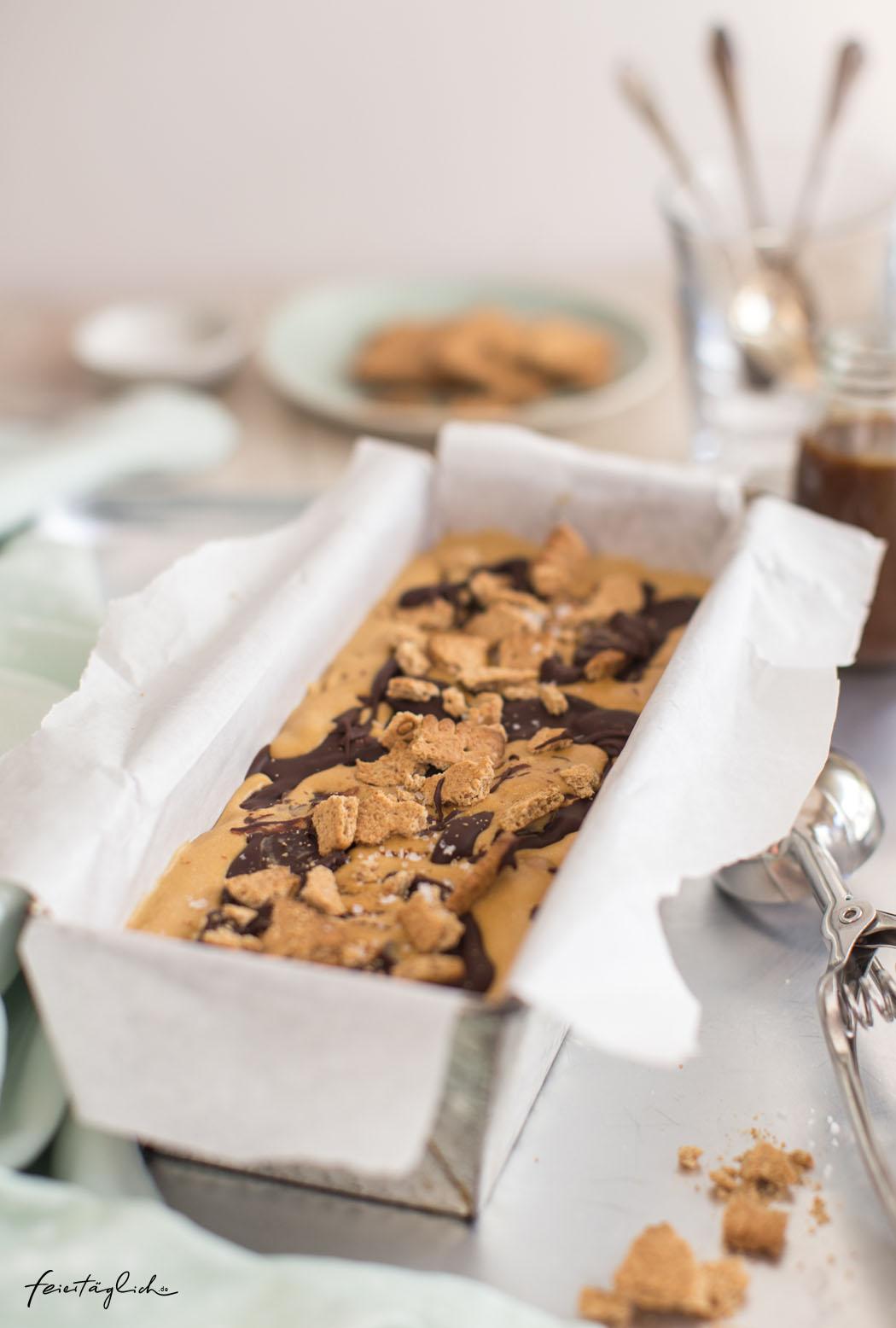 Salted Caramel-Schoko-Keks-Eis mit extra Karamellsauce – Rezept für das feisteste Eis ever
