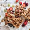 Rezept für unsere liebsten Frühstücks-(Protein)-Waffeln mit Mandelmus und Sommerbeeren