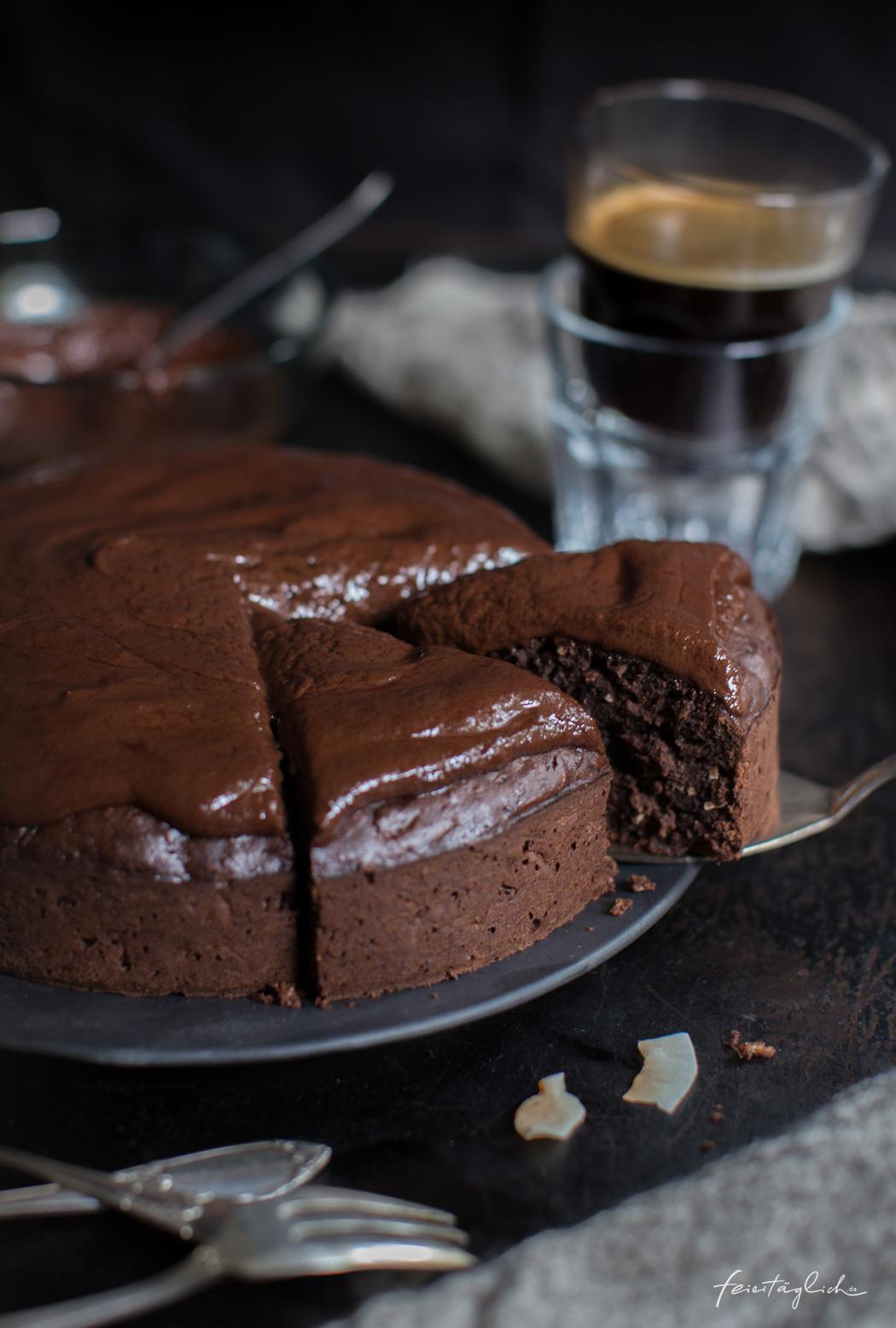 Zucchini-Kokos-Schokoladenkuchen mit Schoko-Kokos-Creme, ein Rezept für einen fantastischen Schokokuchen mit verstecktem Gemüse