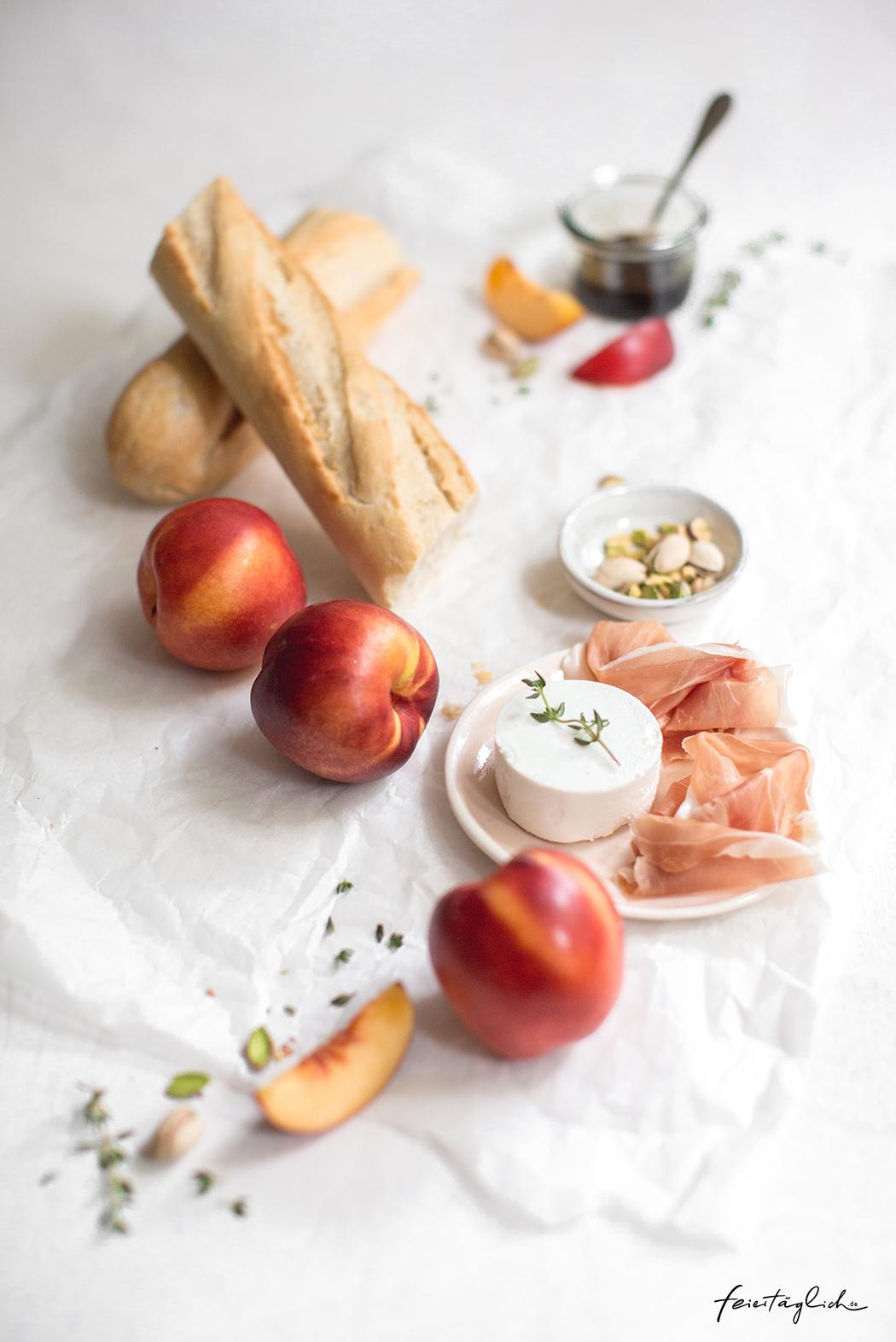 Crostini mit gegrillter Nektarine, Ziegenkäse & Serranoschinken, Rezept für Vorspeise oder Häppchen fürs Sommer-Buffet
