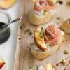 Crostini mit gegrillter Nektarine, Ziegenkäse & Serranoschinken, Rezept für Vorspeise oder Häppchen fürs Sommer-Buffet, Fingerfood, Tapas