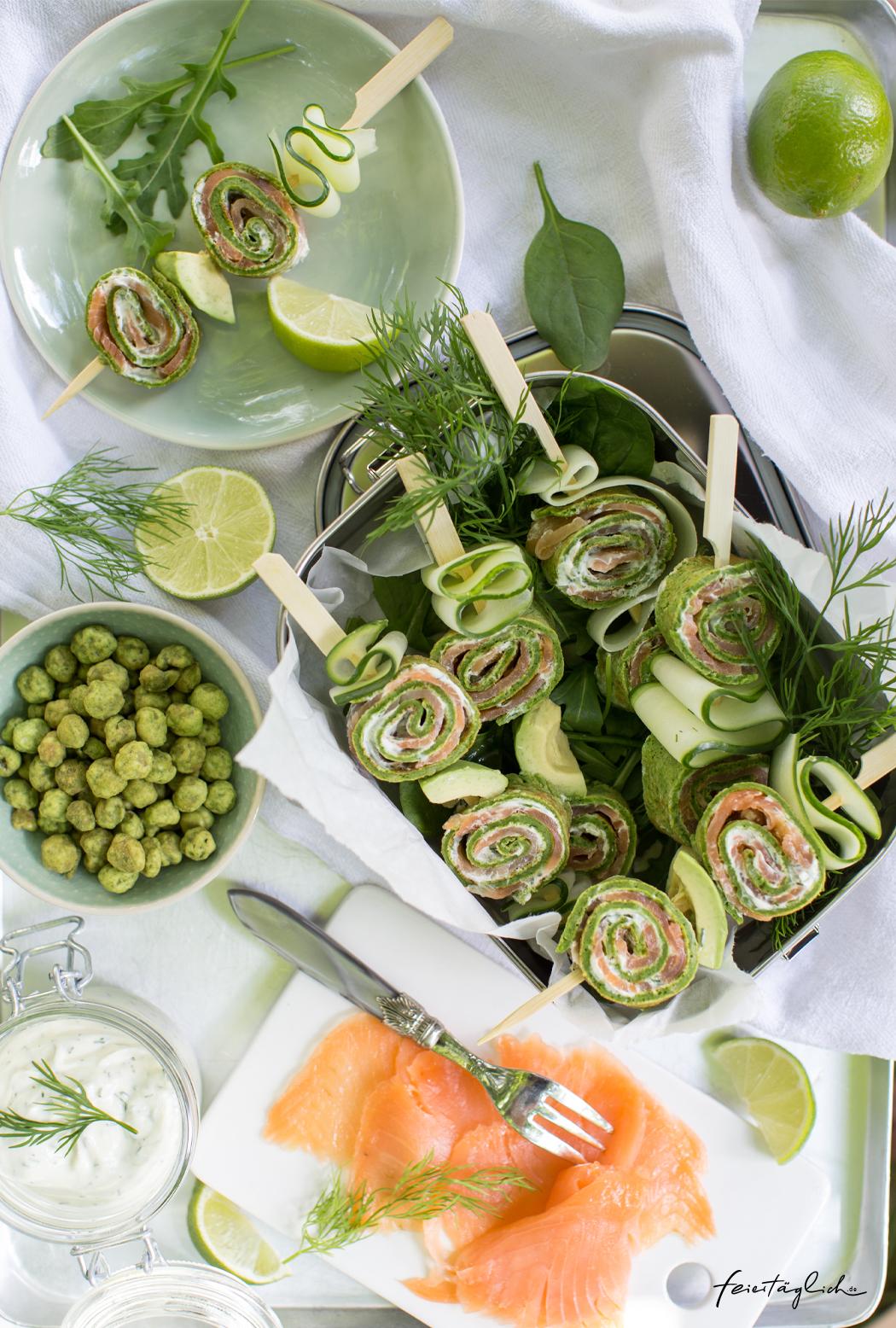 Picknickzeit: Rezept für Lachs-Spinat-Röllchen-Spieße mit Räucherlachs, Spinatpfannkuchen & Dillfrischkäsecreme gespießt mit Gurke und Avocado