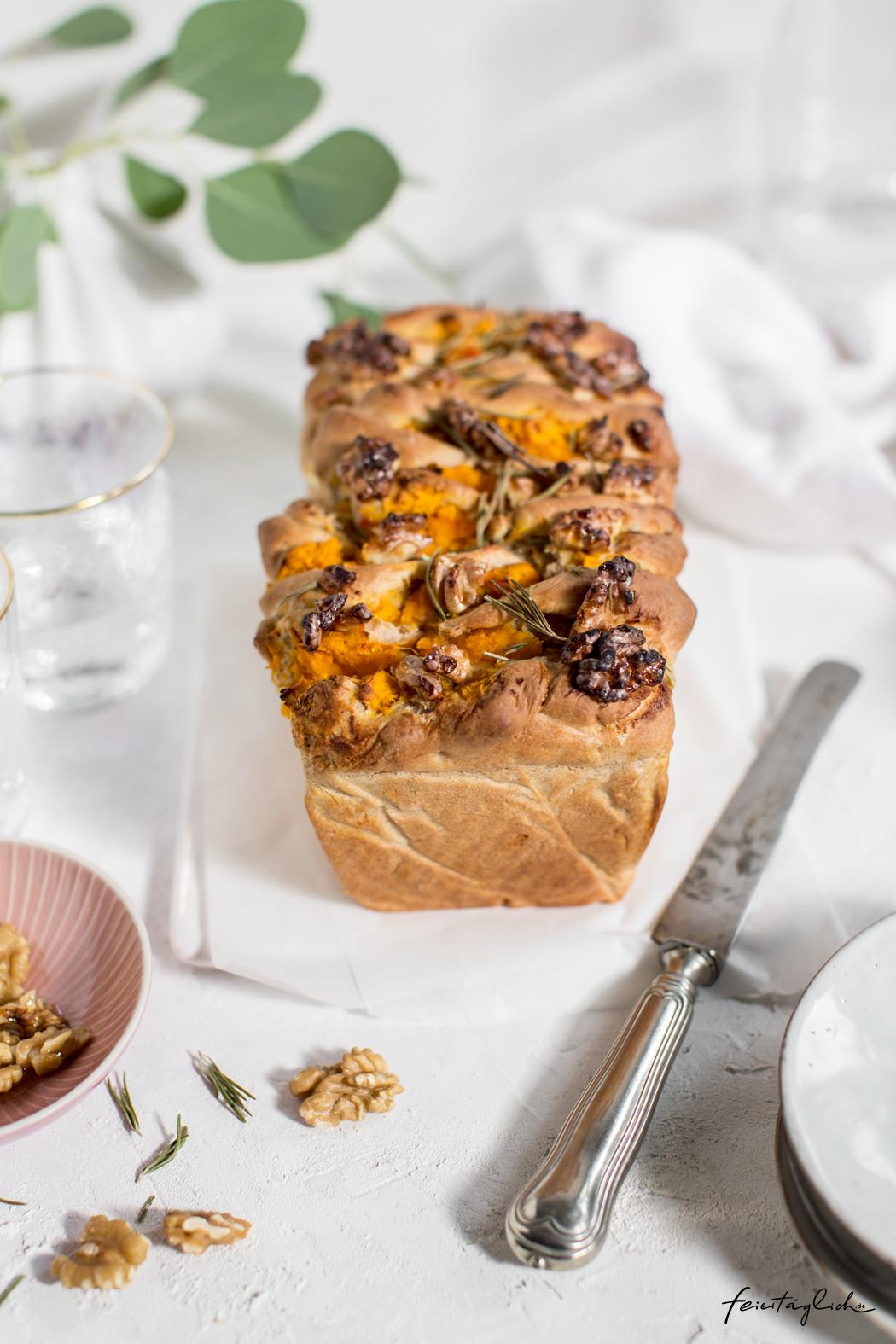 Kürbis-Feta-Zupfbrot mit Rosmarin und Honig-Walnüssen