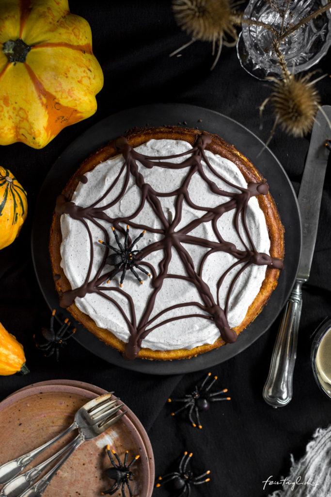 Pumpkin-Cheesecake mit Zimtsahne und Schoko-Spinnennetz zu Halloween