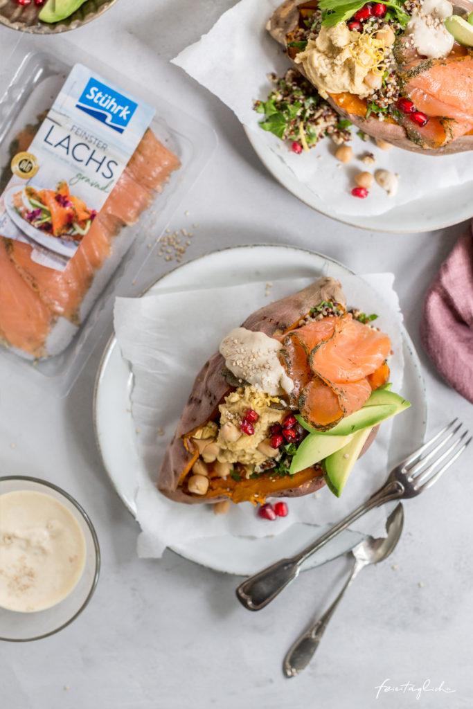 Gravad Lachs auf gebackener Süßkartoffel mit Quinoa-Salat, Hummus, Avocado und Sesamsoße, Werbung Stührk