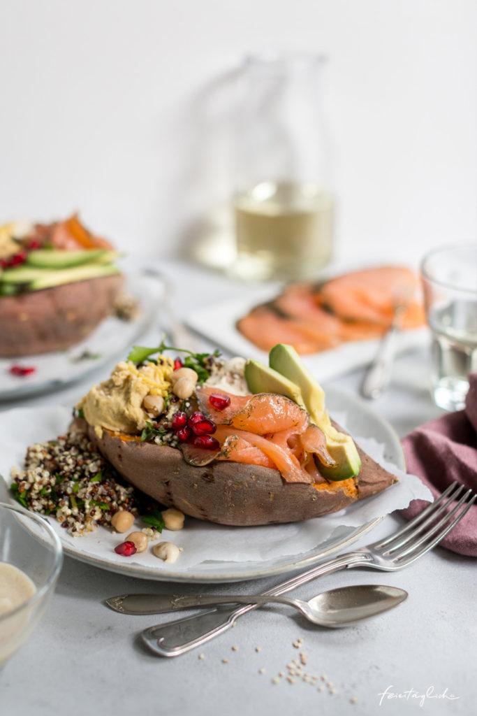 Gravad Lachs auf gebackener Süßkartoffel mit Quinoa-Salat, Hummus, Avocado und Sesamsoße