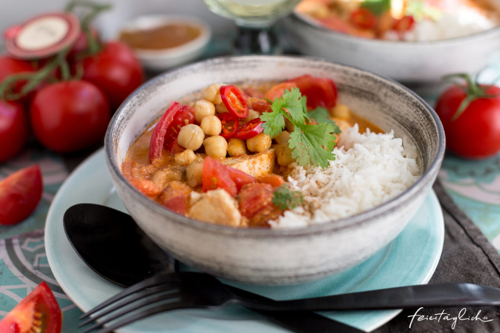 Tomaten-Kichererbsen-Kokos-Curry mit Hühnchen, dazu Reis und Mango Chutney, Rezept