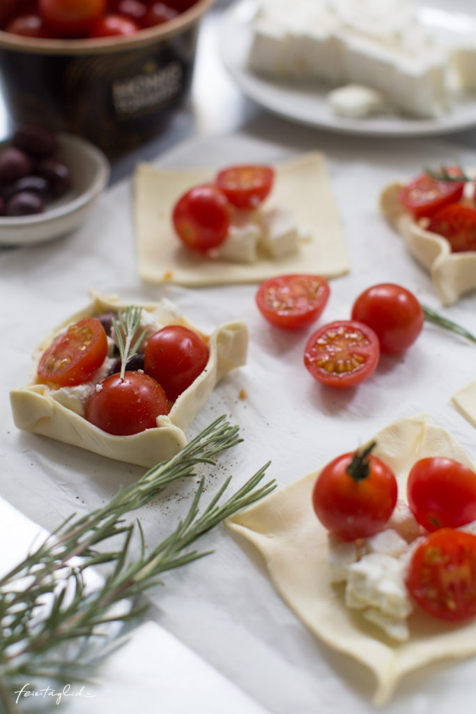 Schnelle Blätterteig-Ecken mit Tomaten, Schafskäse & Rosmarin dazu Balsamico-Zwiebeln