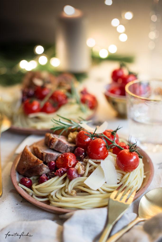 Weihnachtspasta: Festliche Spaghetti in Gewürz-Tomaten- & Cranberry-Sud mit Entenbrust