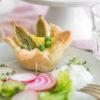 Blätterteig-Nestchen mit gebackenen Gemüsemaultaschen in Eiersahne, dazu Schnittlauch-Creme, Rezept