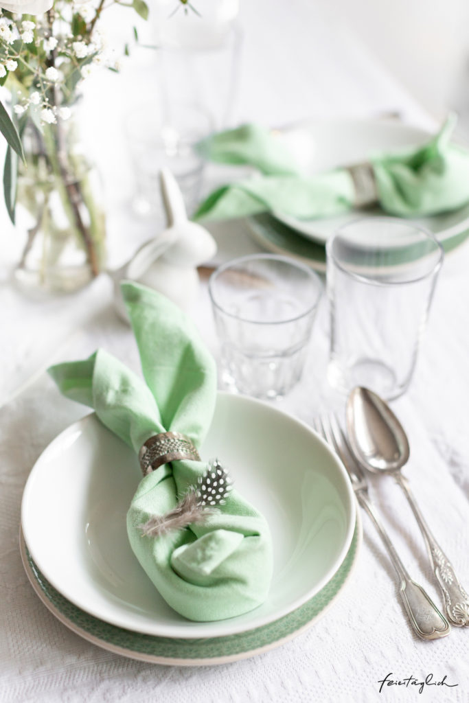 Tischdekoration Ostern, Stoffservietten zum Osterhase falten