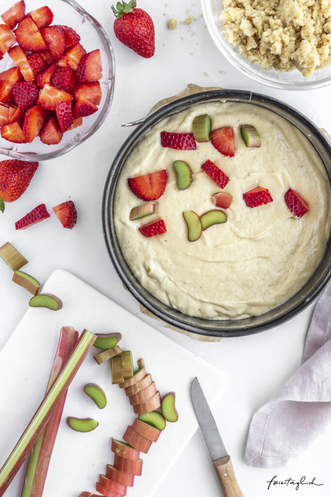 Fantastischer Erdbeer-Rhabarber-Streuselkuchen