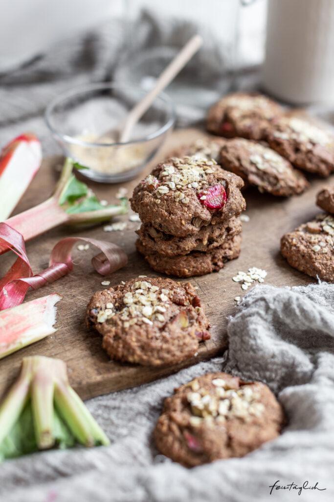 Rhabarber-Cookies mit Haferflocken, Pekans, Datteln und Mandeln – knusprige & vollwertige Frühstücks-Kekse