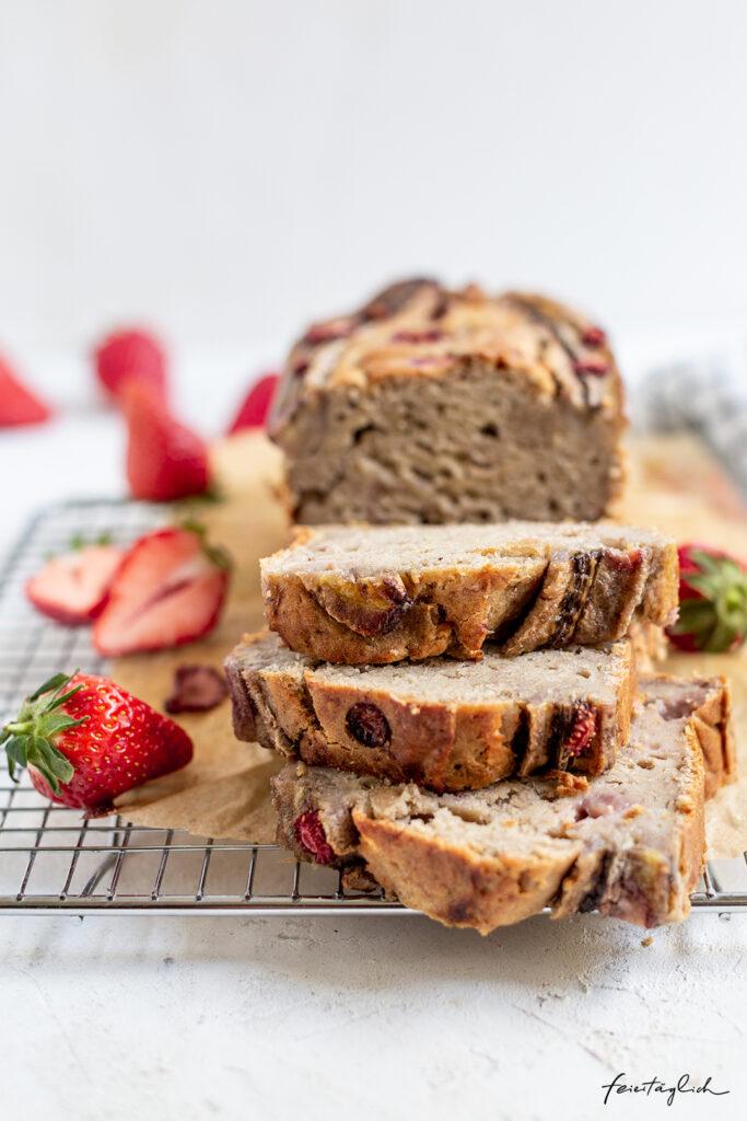 Rezept für bestes saisonales und veganes Erdbeer-Cashew-Bananenbrot mit Tonka