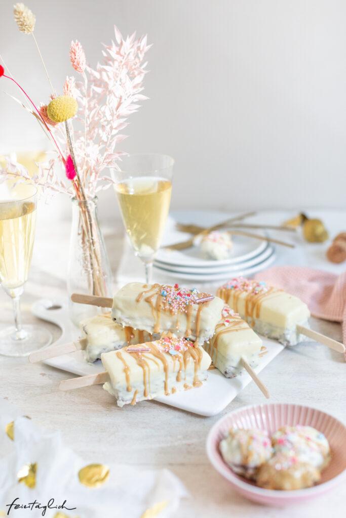 Brownie-Cheescakes am Stiel – bunte Cake Sticks zur Geburtstagsparty, Hobbybaecker.de
